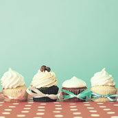 Six cupcakes  wallpaper